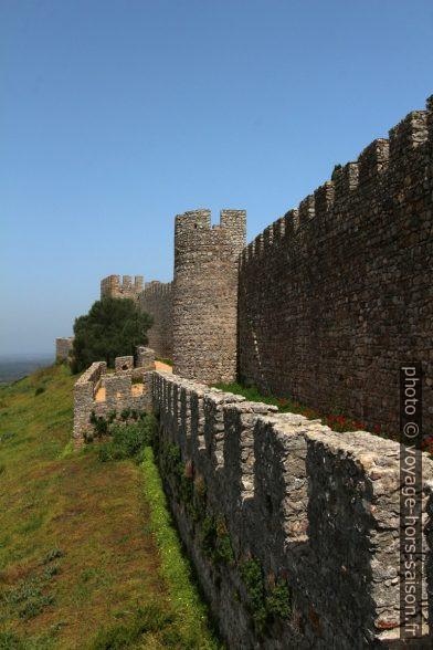 Créneaux des murs du château de Santiago do Cacém. Photo © André M. Winter
