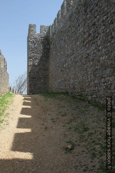 Ombre des créneaux des murs du château de Santiago do Cacém. Photo © André M. Winter