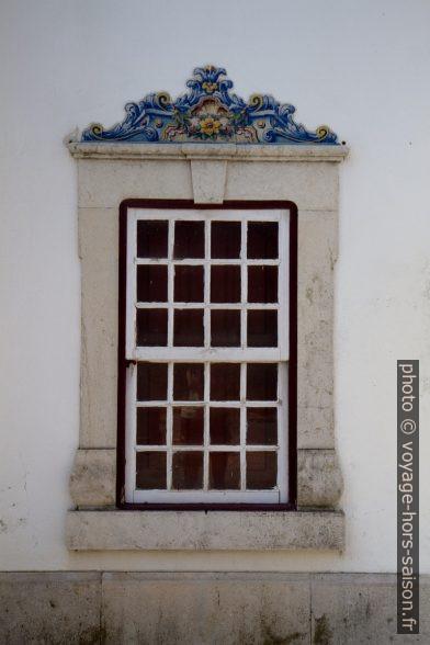 Fenêtre de la gare de Santiago do Cacém avec azulejo en bordure haute. Photo © Alex Medwedeff