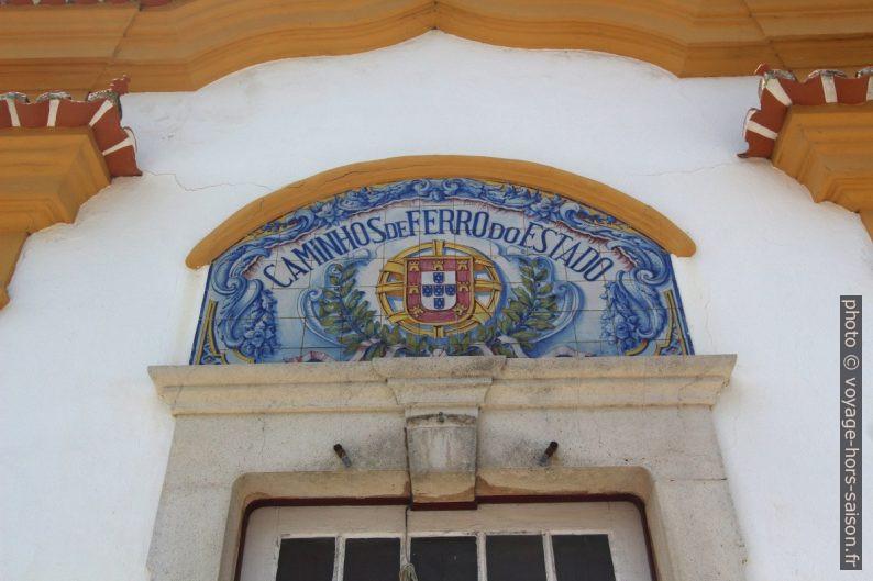 Azulejo multicolore Caminhos de Ferro do Estado au-dessus de la porte. Photo © André M. Winter