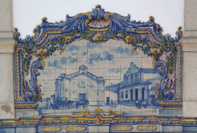 Azulejo multicolore montant une place de Santiago. Photo © André M. Winter