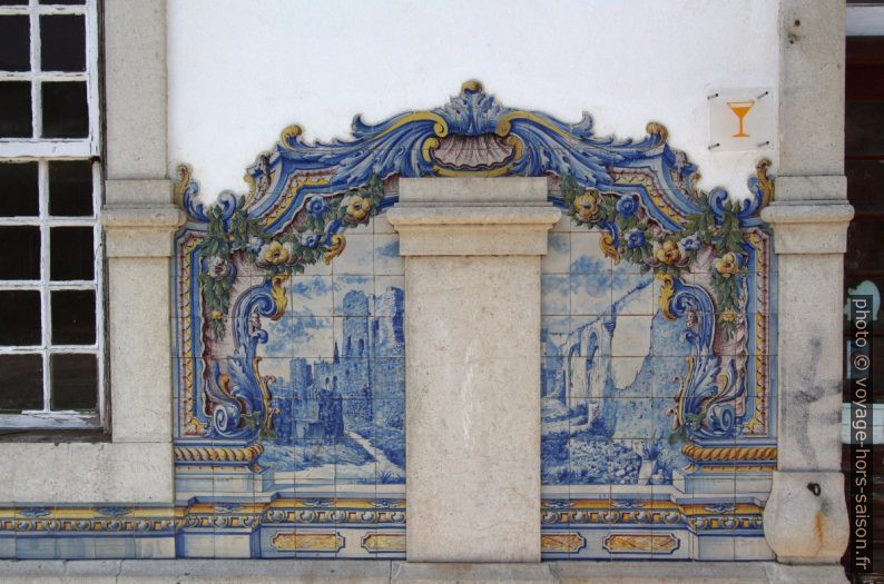 Azulejo multicolore montant des ruines. Photo © André M. Winter