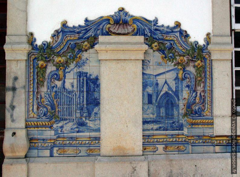 Azulejo multicolore montant des colonnes et une porte d'église. Photo © André M. Winter