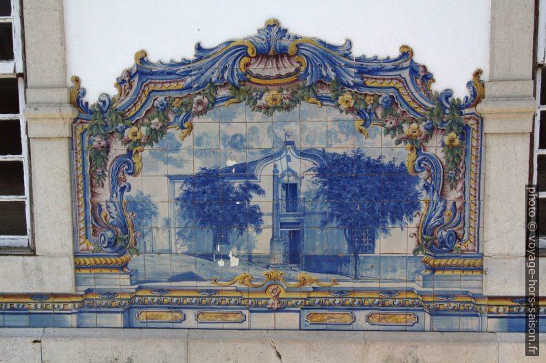 Azulejo multicolore montant le pelourinho de Santiago. Photo © André M. Winter
