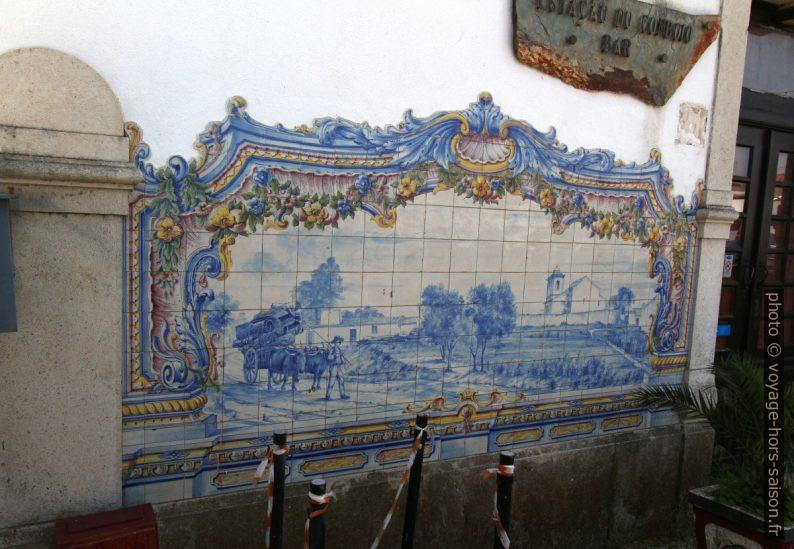 Azulejo multicolore montant l'acheminement du liège récolté. Photo © André M. Winter