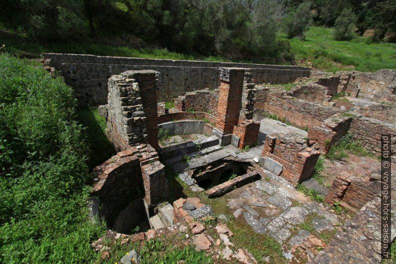 Bassines dallées et chambres chauffées des thermes de Miróbriga. Photo © André M. Winter