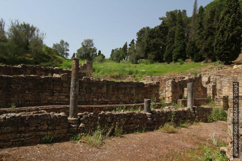 Mur et colonnes dans les thermes basses de Miróbriga. Photo © André M. Winter
