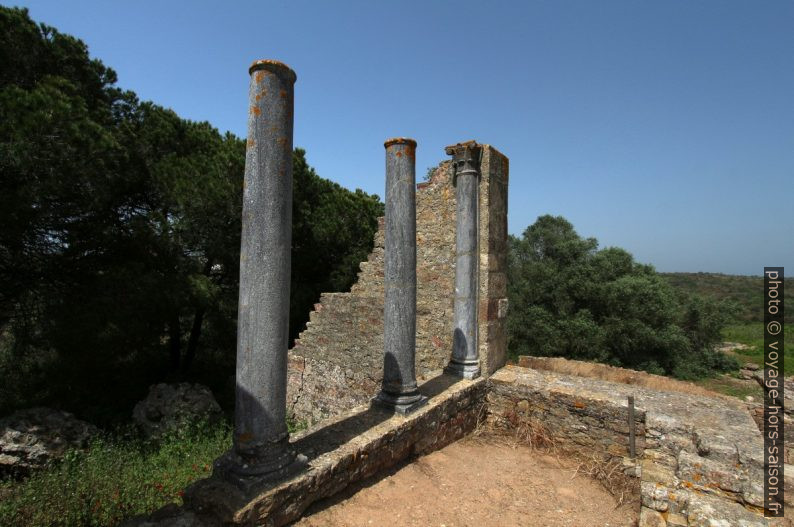 Colonnes du temple sur le forum de Miróbriga. Photo © André M. Winter