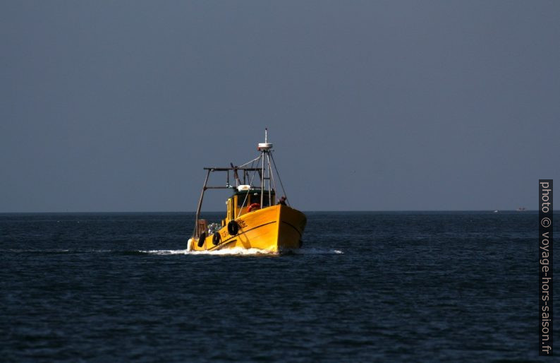 Bateau de pêche jaune. Photo © André M. Winter