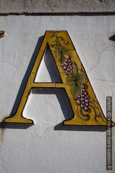 La lettre A en faïence. Photo © Alex Medwedeff