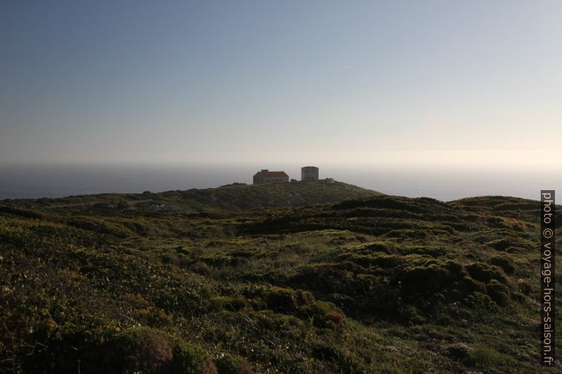 Anciennes installations militaires sur le Cabo Espichel. Photo © Alex Medwedeff