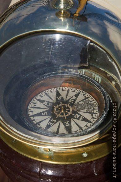Compas dans son habitacle sur le pont de la frégate Dom Fernando II e Glória». Photo © Alex Medwedeff