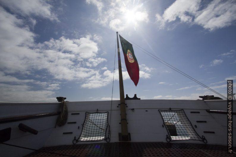 Drapeau portugais sur la poupe de la frégate Dom Fernando II e Glória. Photo © André M. Winter