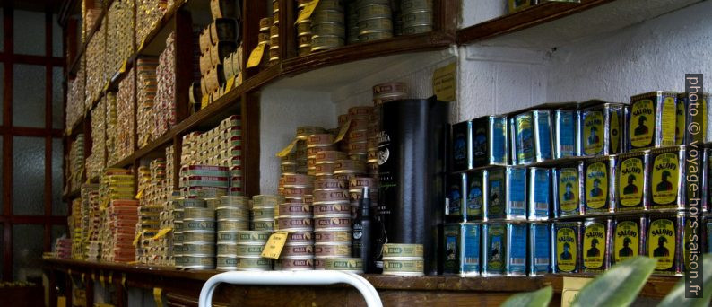 Boîtes de conserves de poissons dans le magasin de la Conserveira de Lisboa. Photo © André M. Winter