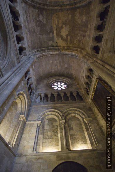 Voûte, galerie et baies aveugles du transept nord de la Cathédrale de Lisbonne. Photo © André M. Winter