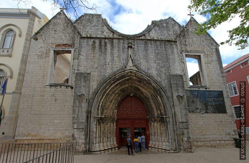 Façade principale de la ruine du Convento do Carmo. Photo © André M. Winter