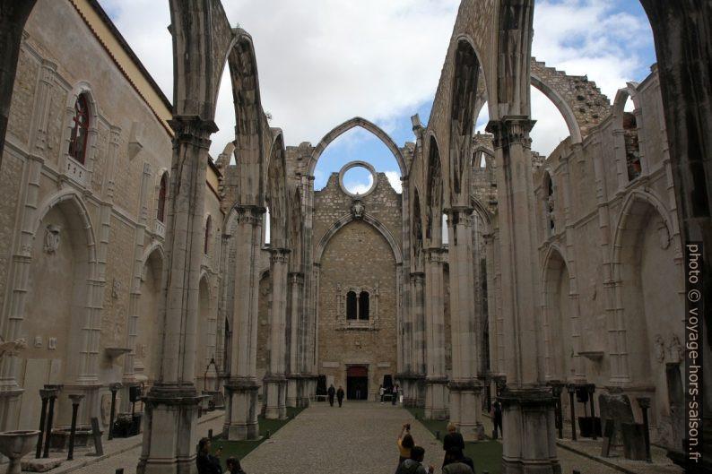 Nef en ruine de l'église du Convento do Carmo. Photo © Alex Medwedeff