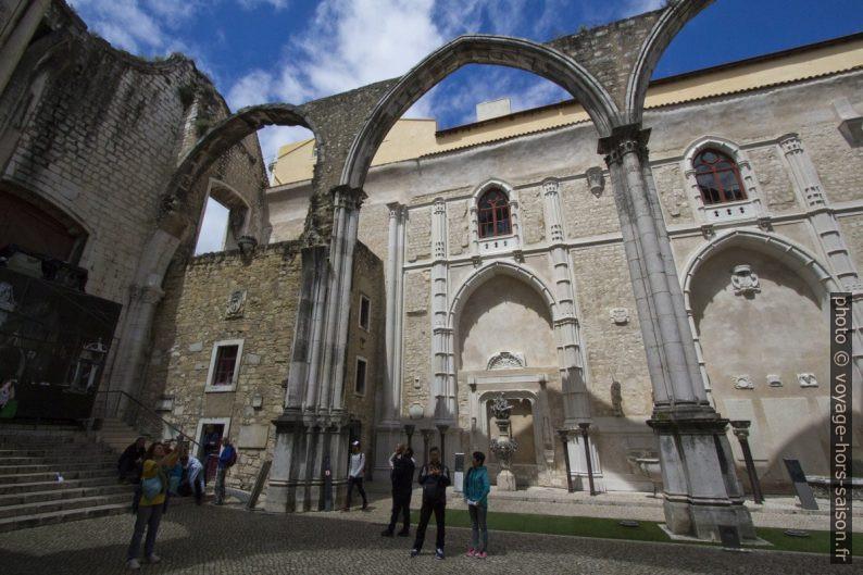 Colonnes redressées de la nef du Couvent des Carmes de Lisbonne. Photo © André M. Winter