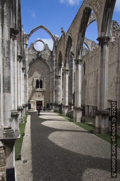 Dans la ruine du couvent des Carmes de Lisbonne. Photo © André M. Winter
