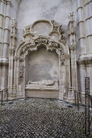 Une chapelle latérale avec tombe dans le couvent des Carmes de Lisbonne. Photo © André M. Winter