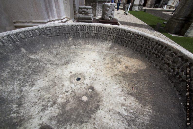 Inscriptions en écriture gothique dans une bassine plate en pierre. Photo © André M. Winter