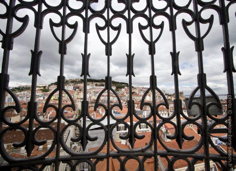 Grille de l'escalier montant vers la terrasse panoramique de l'Elevador Santa Justa. Photo © André M. Winter