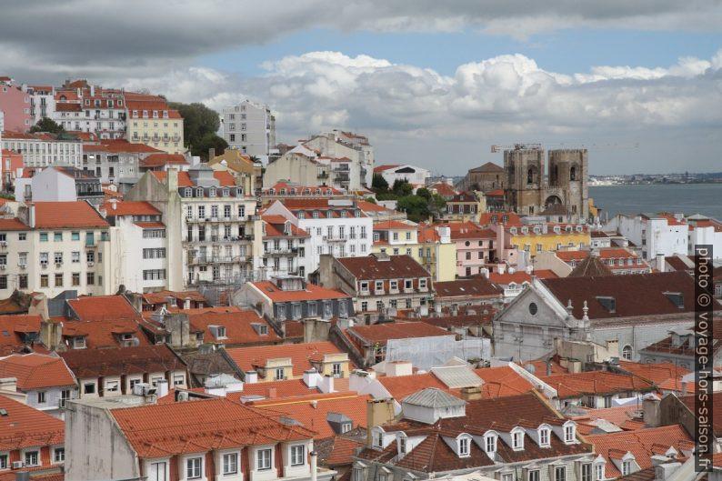 Toits de Lisbonne et la cathédrale. Photo © Alex Medwedeff