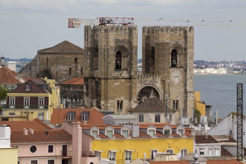 Tours crénelées de la cathédrale de Lisbonne. Photo © André M. Winter