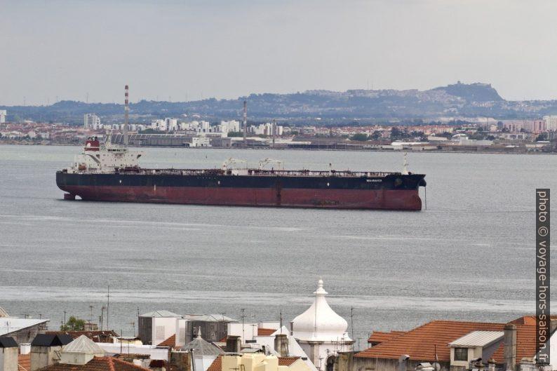 Navire pétolier Rio Arauca ancré sur le Tage. Photo © André M. Winter