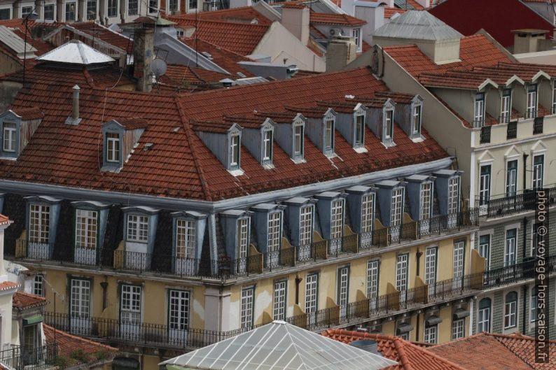 Lucarnes, mansarde et balcons d'une maison de ville. Photo © André M. Winter