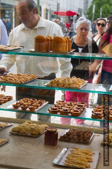 Vitrine de la Confeitaria Nacional avec pâtisseries portugaises. Photo © Alex Medwedeff