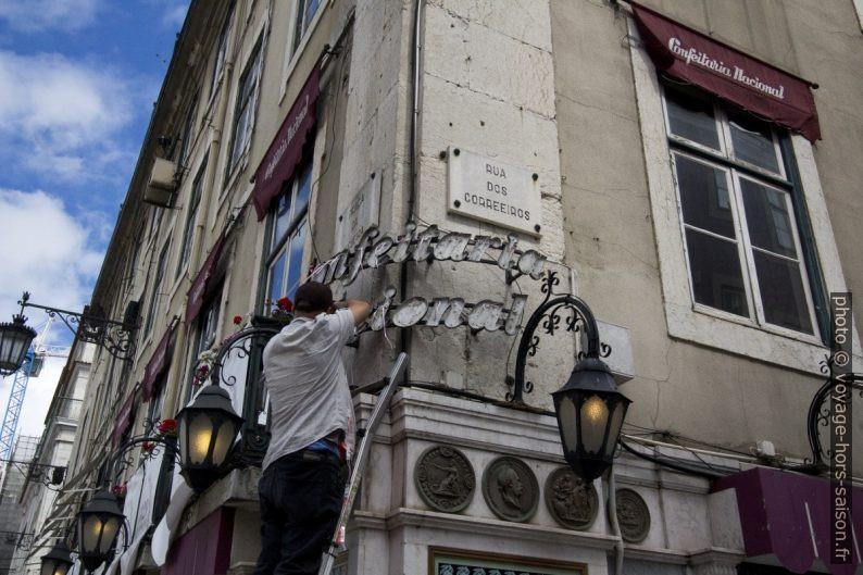 Travaux à l'enseigne lumineuse de la Confeitaria Nacional. Photo © André M. Winter