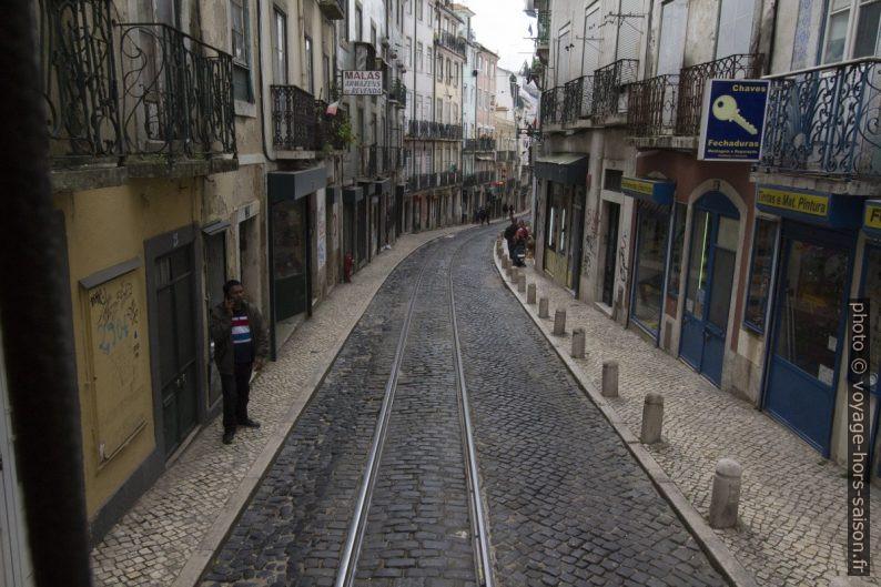 Rue Cavaleiros pavée et avec rails du tramway. Photo © André M. Winter