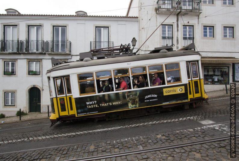 Rame 567 du tram de Lisbonne en descente dans le Largo Limoeiro. Photo © André M. Winter