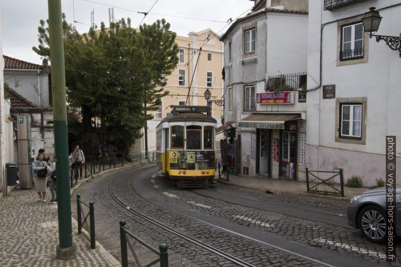Tramway n°12 de Lisbonne en descente dans le Largo Limoeiro. Photo © André M. Winter