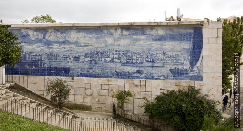 Azulejo de Lisbonne vu de la rive sud du Tage. Photo © André M. Winter