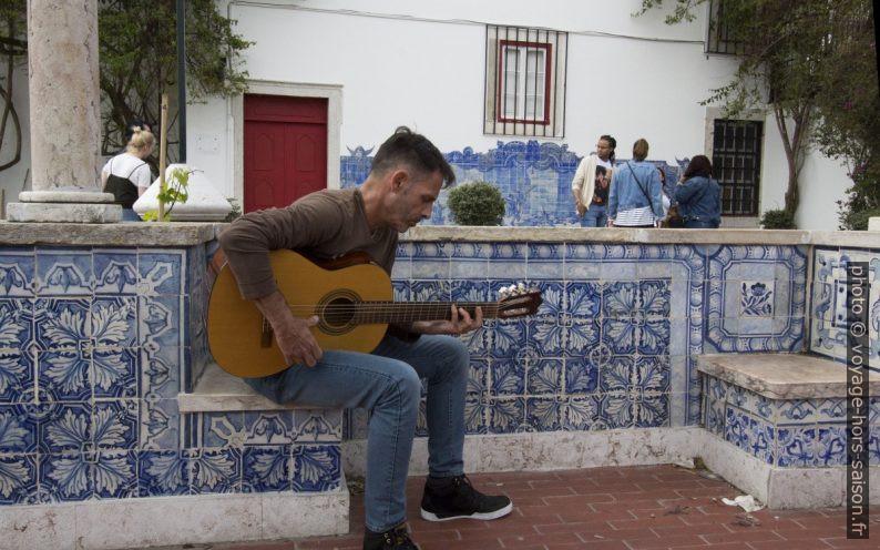 Guitariste jouant du fado au miradouro de Santa Luzia. Photo © André M. Winter