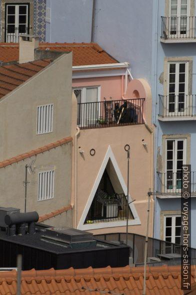 Maison avec ouverture triangulaire dans sa façade. Photo © André M. Winter
