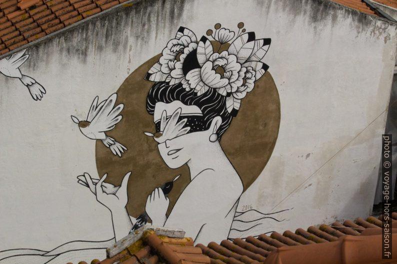 Peinture murale femme, oiseaux, fleurs. Photo © André M. Winter