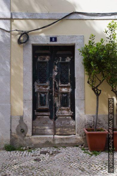 Une porte du Largo dos Lóios. Photo © Alex Medwedeff