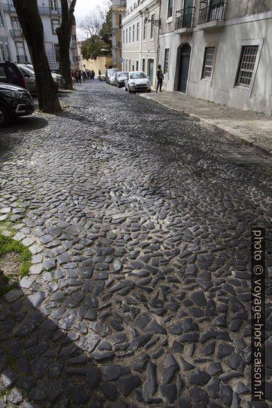 Pavé irrégulier du Largo dos Lóios. Photo © André M. Winter