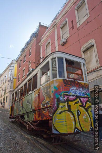 Funiculaire de Glória couvert de graffiti. Photo © Alex Medwedeff