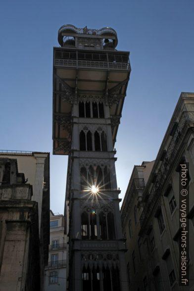 Le soleil passe en étoile à travers la colonne de L'Elevador de Santa Justa. Photo © Alex Medwedeff