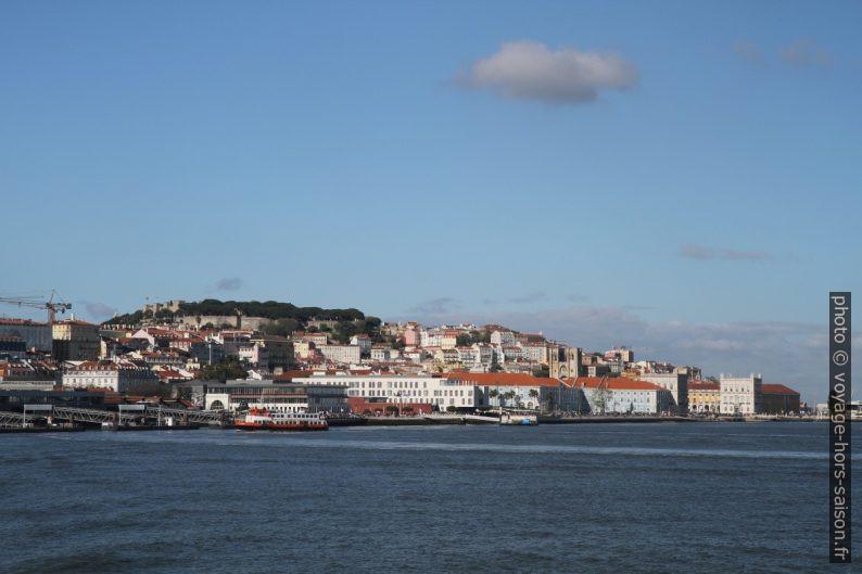 Colline du château de Lisbonne vue du Tage. Photo © Alex Medwedeff