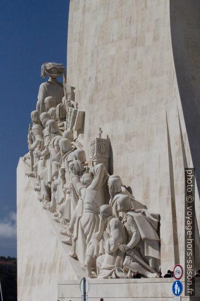 Rangée des marins portugaise célèbres du Monumento aos Descobrimentos. Photo © André M. Winter