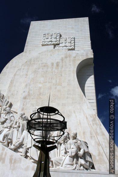 Globe stylisé et le Monument aux Découvertes. Photo © Alex Medwedeff