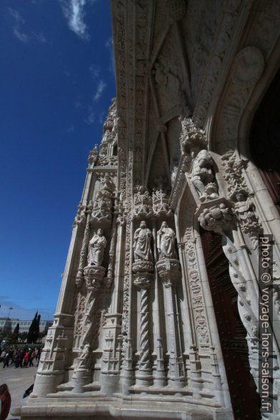 Sous l'archivolte manuéline blanche du portail sud de l'église Sainte-Marie de Belém. Photo © André M. Winter