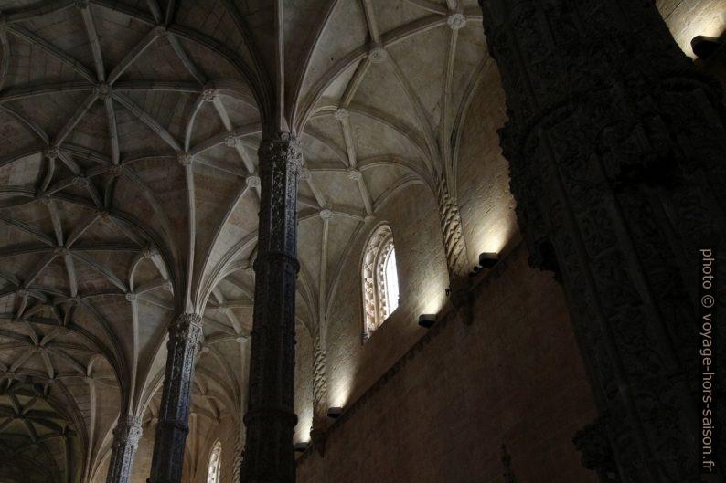 Dans la nef manuéline de l'église Santa Maria. Photo © André M. Winter