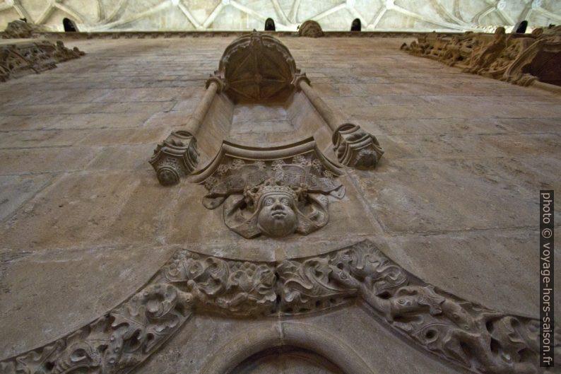 Tête avec grimace au-dessus d'une porte de l'église Santa Maria. Photo © André M. Winter