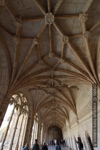 Voûte manuéline de l'étage inférieur du cloître du Mosteiro dos Jerónimos. Photo © André M. Winter